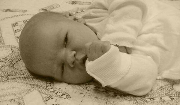Когда новорожденные видят свои руки